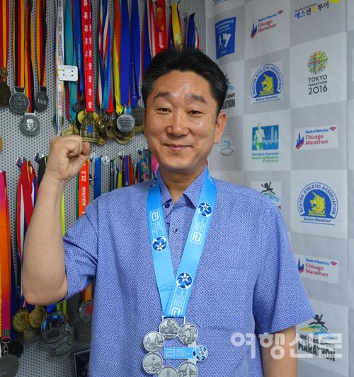 에스앤비투어 이인효 대표가 세계 6대 마라톤대회 완주 기록을 세웠다. 목에 건 메달은 세계 6대 마라톤 대회 완주 인증 메달